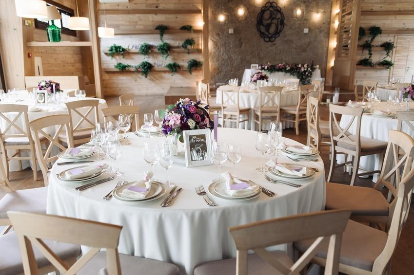 Okrągłe stoły bankietowe na sali restauracyjnej