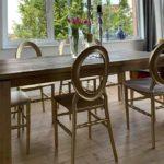 Domowa jadalnia z krzesłami o-back