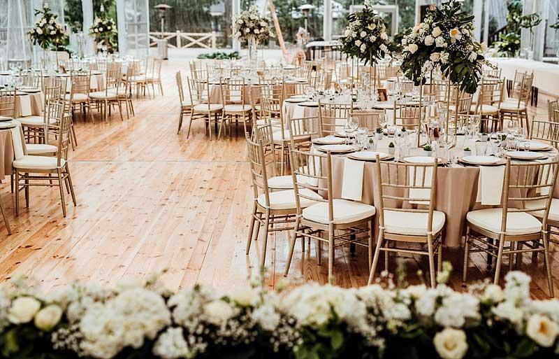 Sala weselna z okrągłymi stołami bankietowymi