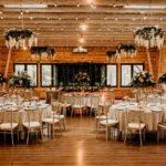 Krzesła Chiavari zdobiące salę weselną.