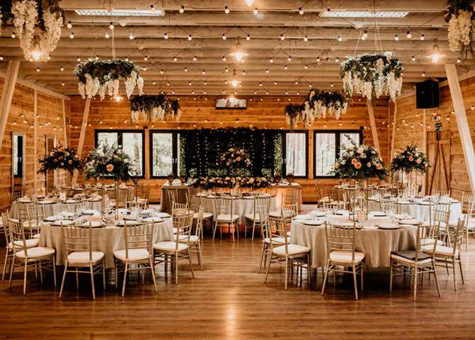 Krzesła Chiavari zdobiące salę weselną.| krzesla-sala-weselna
