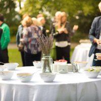 Okrągły biały obrus na stole cateringowym