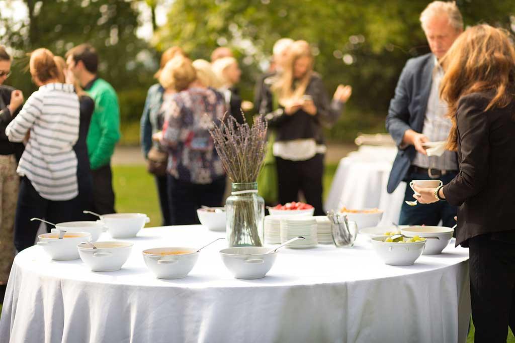 Okrągły stół cateringowy na imprezie w ogrodzie