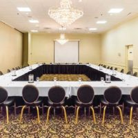 Stoły bankietowe na sali konferencyjnej